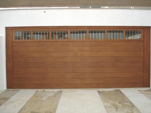 Portão basculante lambri horizontal com vidros e grades
