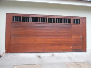 Portão basculante lambri horizontal com porta, vidros e grades