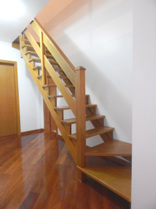Escada e corrimão em madeira