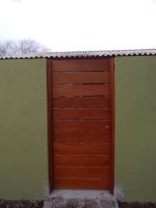 Porta externa lambri na horizontal, vazada