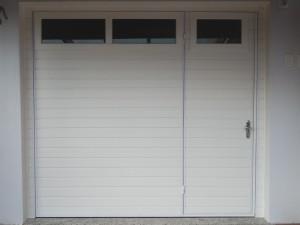 Portão basculante em Pvc, lambri horizontal, com porta e vidros