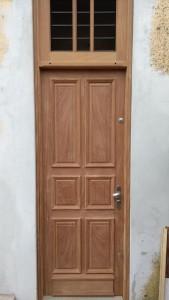 Porta externa com almofadas e com bandeira fixa superior