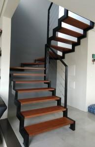 Escada em madeira com estrutural em ferro