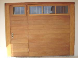 Portão basculante lambri horizontal, com porta, vidros e grades