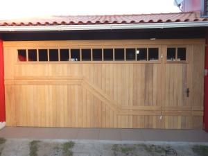 Portão basculante lambri vertical com aplique, porta e vidros
