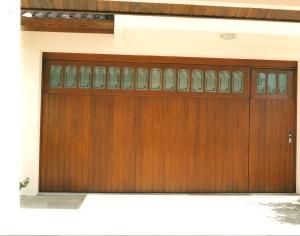 Portão basculante lambri vertical com vidros e porta