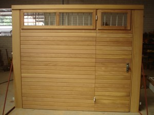 Portão basculante lambri horizontal (faixas estreitas), com porta, vidros e grades
