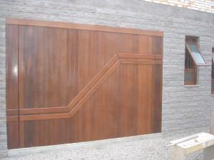 Portão basculante lambri vertical com aplique