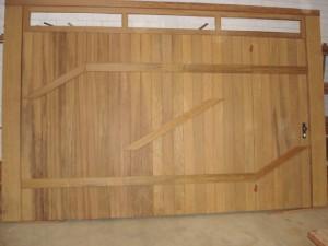 Portão basculante lambri vertical com aplique e vidros