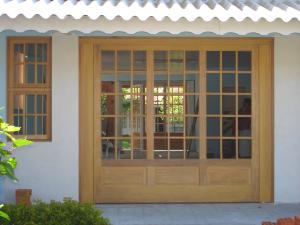 Portão basculante para vidro quadriculado