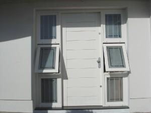 Porta externa com vitrôs laterais