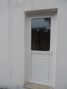 Porta externa de giro em pvc branco, com vidro superior e lambri inferior