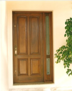 Porta externa com almofadas e com vitrô lateral
