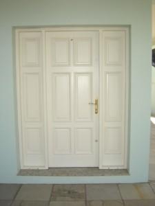 Porta externa com almofadas e partes fixas laterais