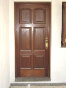 Porta externa com almofadas