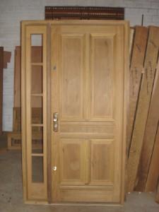 Porta externa com almofadas e vitrô lateral