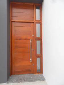 Porta externa pivotante lambri na horizontal com vitrô e com bandeira fixa superior