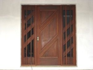Porta externa com almofada e vitrôs laterais