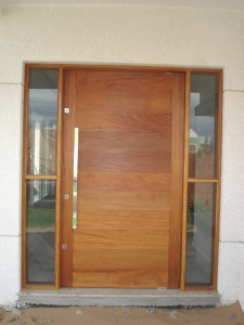Porta externa pivotante lambri na horizontal com vitrôs laterais