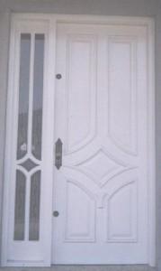 Porta externa com almofadas e vitrô lateral com detalhe