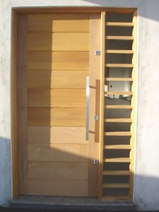 Porta externa pivotante lambri horizontal com vitrô lateral