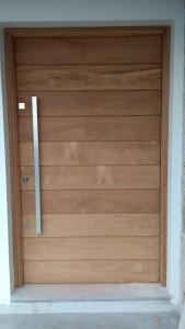 Porta externa pivotante, lambri na horizontal, sem faixas laterais