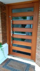 Porta externa pivotante vazada para vidros