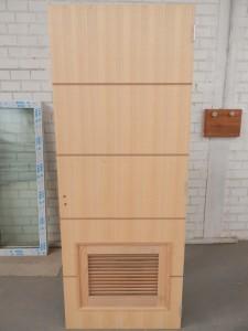Porta interna semi-oca com negativo e ventilação tipo veneziana