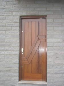 Porta externa lambri na vertical com aplique