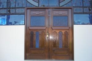 Porta externa dupla com almofadas e detalhes para vidros