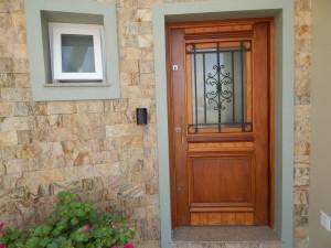 Porta externa com almofada inferior, vidro e grade superior