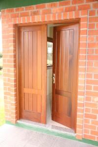 Porta externa dupla lambri na vertical