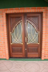Porta externa dupla com almofada inferior, vidro e grade superior