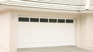 Portão basculante lambri vertical com aplique inferior, com vidros e grades