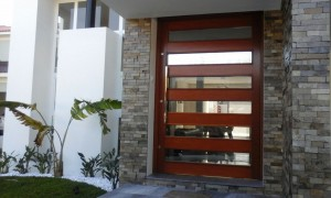 Porta externa pivotante lambri horizontal vazada para vidros