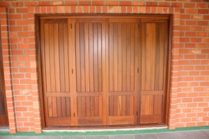 Porta externa sanfonada lambri vertical