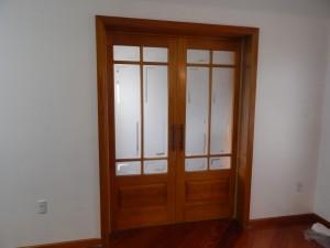 Porta interna dupla de correr para vidros, com almofada inferior