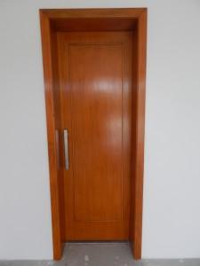 Porta interna semi-oca de correr com filetes aplicados