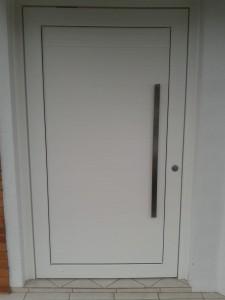 Porta externa pivotante em Pvc branco com fechamento em alumínio