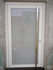 Porta externa pivotante em Pvc branco com vidro inteiro