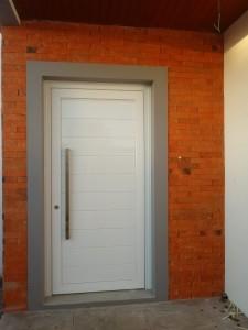 Porta externa pivotante em Pvc, com fechamento em alumínio