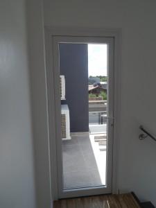 Porta externa de giro em Pvc branco, para vidro inteiro